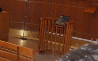 Αριστερά οι κατηγορούμενοι για το θάνατο του Αλέξανδρου Γρηγορόπουλου  Βασίλης Σαραλιώτης(Α) και Επαμεινώνδας Κορκονέας(Δ).Αναβολή για την Παρασκευή 22 Ιανουαρίου 2010 πήρε σήμερα η δίκη για το θάνατο του Αλέξανδρου Γρηγορόπουλου που πραγματοποιείτε στην Άμφισσα.Τετάρτη 20 Ιανουαρίου 2010.