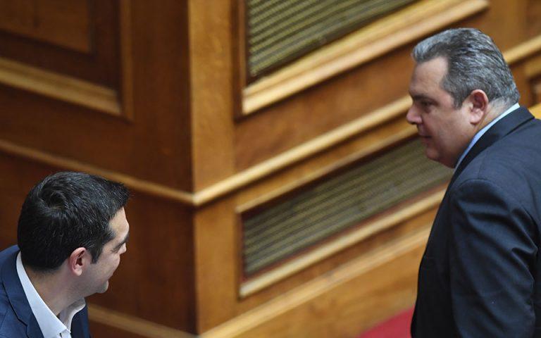 Το βλέμμα που αντάλλαξαν Α. Τσίπρας και Π. Καμμένος στη Βουλή (φωτογραφία)