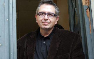 Ο δημοσιογράφος Θέμος Αναστασιάδης αποχωρεί από το γραφείο του ανακριτή Δημήτρη Οικονόμου μετά την συμπληρωματική του κατάθεση για την υπόθεση του πρώην γγ του ΥΠΠΟ Χρήστου Ζαχόπουλου, Δευτέρα 21 Ιανουαρίου 2008.