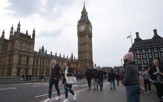 Τα νοικοκυριά στη Βρετανία δέχονται πιέσεις, καθώς οι πραγματικοί μισθοί δεν έχουν ενισχυθεί επαρκώς για να καλύπτουν ακόμη και καθημερινές ανάγκες.