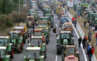 Τρακτέρ στον κόμβο της Νίκαιας κοντά στη Λάρισα. Οι αγρότες έκλεισαν την εθνική οδό για λίγη ώρα.