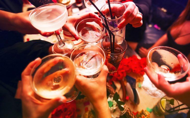 Αλκοολούχα: πίνουμε λιγότερο, αλλά πληρώνουμε περισσότερο