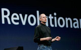 Ο διευθύνων σύμβουλος της Αpple, Στηβ Τζομπς, ανακοινώνει την έναρξη μίας νέας «επαναστατικής» εποχής για την κινητή τηλεφωνία και το διαδίκτυο, παρουσιάζοντας το πρώτο iPhone, στη διεθνή έκθεση του αμερικανικού τεχνολογικού κολοσσού, στο Σαν Φρανσίσκο, το 2007. (AP Photo/Paul Sakuma)