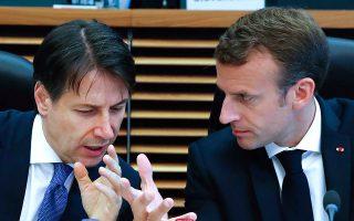 Να ζητάει άραγε ο κ. Μακρόν την αλληλεγγύη του Τζουζέπε Κόντε, πρωθυπουργού της ευρωσκεπτικιστικής κυβέρνησης της Ιταλίας, για την παραβίαση του κανόνα του 3% του ΑΕΠ για το έλλειµµα στην οποία οδηγείται η Γαλλία για το 2019; (Yves Herman, Pool Photo via AP)