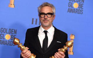 Χρυσές σφαίρες. Με τα δύο του βραβείαποζάρει ο Μεξικανός σκηνοθέτης Alfonso Cuaron στο Μπέβερλι Χιλς της Καλιφόρνια. Από την απονομή των Χρυσών Σφαιρών έφυγε διπλά κερδισμένος με βραβεία τόσο για την σκηνοθεσία όσο και της καλύτερης ταινίας για την «ROMA», μια άρτια και βαθιά γυναικεία ταινία. (Photo by Jordan Strauss/Invision/AP)