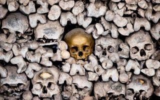 Ματαιότητες. Μάλλον εικαστική παρέμβαση είναι η χρυσή μπογιά σε ένα από τα κρανία. Τουλάχιστον 20.000 σκελετοί φιλοξενούνται στο οστεοφυλάκιο της Katharinenkirche στο Oppenheim της Γερμανίας.  (AP Photo/Michael Probst)