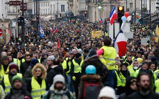 Τα «κίτρινα» γιλέκα είναι η πιο πρόσφατη εκδήλωση του λαϊκού θυµού που εξαπλώνεται στη δυτική Ευρώπη, καθώς το βιοτικό επίπεδο στο οποίο είχε συνηθίσει η µεσαία τάξη κλονίζεται. (AP Photo/Thibault Camus)