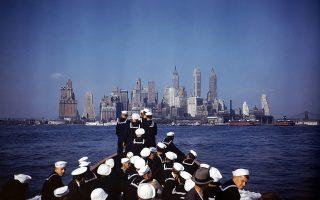 Οι ναύτες που επιβαίνουν στο νέο πολεμικό πλοίο του αμερικανικού πολεμικού ναυτικού, USS North Carolina (BB-55), ατενίζουν τους ουρανοξύστες της Νέας Υόρκης κατά την άφιξη τους στο λιμάνι της αμερικανικής πόλης, το 1942. Παίρνοντας μέρος σε όλες τις πολεμικές επιχειρήσεις στο θέατρο του Ειρηνικού, τιμήθηκε με δεκαπέντε πολεμικά αστέρια, όντας το πιο παρασημοφορημένο αμερικανικό θωρηκτό του Δευτέρου Παγκοσμίου Πολέμου. (AP Photo)