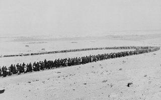 Σε αυτή την κάπως παράδοξη φωτογραφία, η ίδια η Ιστορία μοιάζει να «ειρωνεύεται» αυτούς τους Γερμανούς και Ιταλούς αιχμαλώτους πολέμου, οι οποίοι σχηματίζουν εν αγνοία τους το περίφημο σήμα της νίκης (V sign), κατά τη διάρκεια της πορείας τους στην λιβυκή έρημο με προορισμό τον τόπο εγκλεισμού τους, στο Τομπρούκ, το 1942.