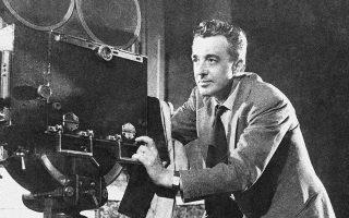Ο σπουδαίος Ιταλός σκηνοθέτης Βιτόριο Ντε Σίκα, δημιουργός κλασικών ταινιών του ιταλικού κινηματογράφου, όπως ο «Κλέφτης Ποδηλάτων» και το «Χθες, Σήμερα, Αύριο», κατά τη διάρκεια των γυρισμάτων της ταινίας «Θαύμα στο Μιλάνο», μίας χαρακτηριστικής ταινίας του Ιταλικού Νεορεαλισμού με έντονα στοιχεία φαντασίας, το 1950. (AP Photo)