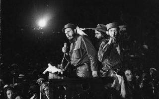 Ο ηγέτης των κουβανικών επαναστατικών δυνάμεων και νυν πρόεδρος της Δημοκρατίας της Κούβας μιλάει στο πλήθος υποστηρικτών του που έχει συγκεντρωθεί στη στρατιωτική βάση «Κολούμπια», λίγο μετά την άφιξη του στην Αβάνα, μία εβδομάδα μετά την τελική επικράτηση της Κουβανικής Επανάστασης και τη φυγή του δικτάτορα Φουλχένσιο Μπατίστα από τη χώρα, το 1959. (AP Photo)