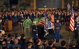 Δύο ημέρες μετά την ορκωμοσία του για τη δεύτερη προεδρική του θητεία, ο Αμερικανός πρόεδρος Ρίτσαρντ Νίξον τιμά τη μνήμη του εκλιπόντος προκατόχου του, Λίντον Τζόνσον, στην τελετή που διεξάγεται στη Ροτόντα του Καπιτωλίου, στην Ουάσιγκτον, το 1973. (AP Photo)