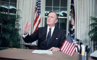 Ο πρόεδρος των Ηνωμένων Πολιτειών, Τζορτζ Μπους ο πρεσβύτερος, απευθύνεται στο αμερικανικό έθνος από το Οβάλ Γραφείο για την έναρξη των ναυτικών και αεροπορικών επιχείρησεων των αμερικανικών ενόπλων δυνάμεων εναντίον του ιρακινού στρατού στο Κουβέιτ, της επονομαζόμενης επιχείρησης «Καταιγίδα της Ερήμου», το 1991. (AP Photo/Charles Tasnadi)