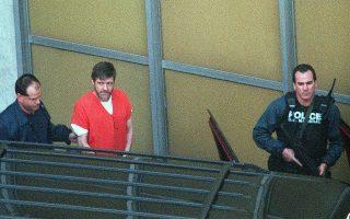 Ο διαβόητος Αμερικανός τρομοκράτης Τεντ Καζίνσκι, ευρύτερα γνωστός με το ψευδώνυμο Γιουναμπόμπερ (Unabomber), μεταφέρεται από το Ομοσπονδιακό Δικαστήριο του Σακραμέντο, αφού παραδέχτηκε την ενοχή του για τη σειρά βομβιστικών επιθέσεων από το 1978 μέχρι το 1995, οι οποίες σκότωσαν τρεις ανθρώπους και τραυμάτισαν άλλους 23, το 1998. Ο Καζίνσκι καταδικάστηκε σε ισόβια δεσμά για τα εγκλήματα του, γλιτώνοντας τη θανατική ποινή μόνο επειδή οι συνήγοροι του επικαλέστηκαν τη διαταραγμένη του ψυχική κατάσταση, χαρακτηρίζοντας τον παρανοϊκό και σχιζοφρενή. (AP Photo/Bob Galbraith)