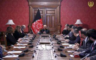 Ο Αφγανός πρόεδρος Ασράφ Γκανί, μιλά στον Αμερικάνο απεσταλμένο, Ζαλμέι Χαλιλζάντ (τρίτος από αριστερά) στο προεδρικό παλάτι στην Καμπούλ. (AP)