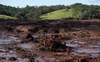 Πυροσβέστες προσπαθούν να εντοπίσουν τα θύματα της κατάρρευσης του φράγματος στην Μπρουματζίνιου. Χείμαρροι λάσπης έχουν καλύψει τα πάντα.
