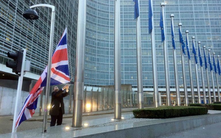 Brexit : Το αυστηρό μήνυμα Γιούνκερ και η απάντηση της Μέι