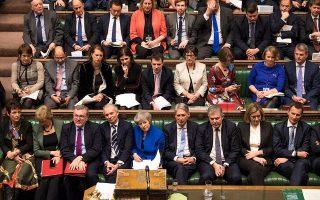 Η Βρετανίδα πρωθυπουργός, πλαισιωμένη από τους βουλευτές του Συντηρητικού Κόμματος, στη διάρκεια της επώδυνης ψηφοφορίας της Τρίτης – η πρότασή της απορρίφθηκε με διαφορά 230 ψήφων. Τώρα, ετοιμάζεται να παρουσιάσει σχέδιο Β παρόμοιο με το απορριφθέν σχέδιο Α.