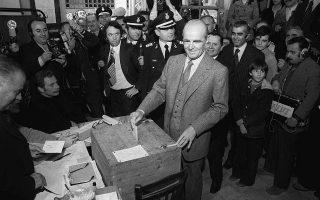 Ο Κωνσταντίνος Καραμανλής ψηφίζει στο δημοψήφισμα για το πολιτειακό, στις 8 Δεκεμβρίου 1974.