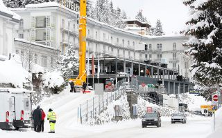 Construction workers build a temporary pavillon in front of Hotel Belvedere in Davos, Switzerland Januar 12, 2019. REUTERS/Arnd Wiegmann
