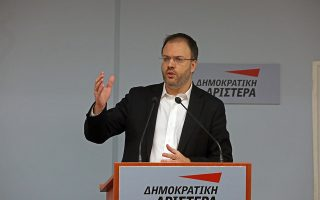 Ο πρόεδρος της Δημοκρατικής Αριστεράς, Θανάσης Θεοχαρόπουλος (Κ), μιλάει στη συνεδρίαση της Κεντρικής Επιτροπής της ΔΗΜΑΡ, σχετικά με την ψήφιση της Συμφωνίας των Πρεσπών, στα γραφεία του κόμματος, Αθήνα, Κυριακή 20 Ιανουαρίου 2019. ΑΠΕ-ΜΠΕ/ ΑΠΕ-ΜΠΕ/ ΟΡΕΣΤΗΣ ΠΑΝΑΓΙΩΤΟΥ