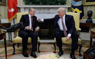 Στη συνάντησή τους στον Λευκό Οίκο τον Μάιο του 2017 (φωτ.), ο νεοεκλεγείς τότε πρόεδρος των ΗΠΑ είχε χαρακτηρίσει «τιμή του» την υποδοχή του Τούρκου ομολόγου του, ο οποίος ανταπέδωσε τη φιλοφρόνηση κάνοντας λόγο για «θρυλική νίκη» του Τραμπ. Εκτοτε, πολύ νερό κύλησε στο αυλάκι...