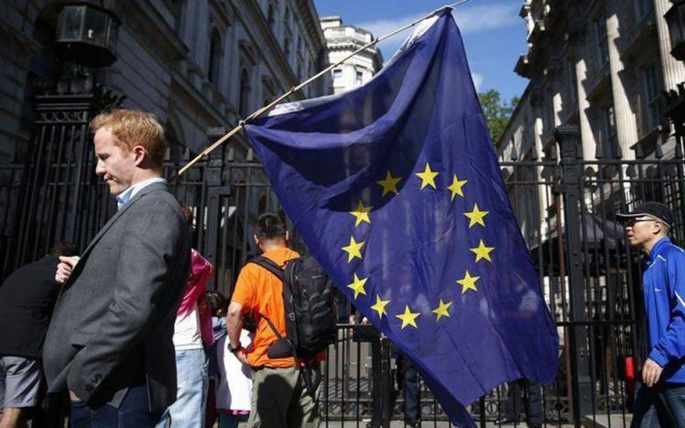 Τριάντα συγγραφείς προειδοποιούν για τους κινδύνους που απειλούν την Ευρώπη