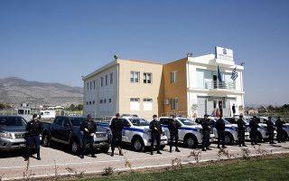 Τον προηγούμενο μήνα, ένας από τους δράστες ένοπλης ληστείας στα Βίλια κατάφερε να αποδράσει από το πρόσφατα εγκαινιασμένο κτίριο της Υποδιεύθυνσης Ασφάλειας Δυτικής Αττικής, καθώς δεν υπήρχε σκοπός κρατητηρίου, λόγω έλλειψης προσωπικού.