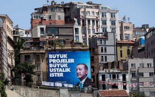 Πρώτη φορά μετά την ίδρυση του τουρκικού κράτους, πολλά μέλη της κοσμικής ελίτ της χώρας, που επί δεκαετίες δέσποζαν στην οικονομία, στις επιχειρήσεις και στον πολιτισμό, φεύγουν από τη χώρα. Στη θέση τους έρχονται οι νεόπλουτοι, που έχουν διασυνδέσεις με το καθεστώς Ερντογάν.