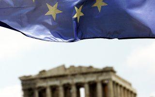 Η ελληνική οικονομία συνεχίζει να μη διαθέτει σοβαρή παραγωγική βάση με μικρή συμμετοχή του παραγωγικού τομέα της στο ΑΕΠ της χώρας. Το πέρασμα από την εσωστρεφή κατανάλωση εισαγόμενων προϊόντων στον εξωστρεφή εξαγωγικό προσανατολισμό εξακολουθεί να συναντά προσκόμματα.