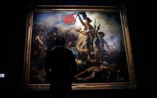 Επισκέπτης του μουσείου απολαμβάνει πίνακα του Ντελακρουά.