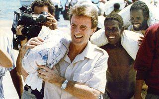Σομαλία 1992. Ο ιδρυτής των Γιατρών Χωρίς Σύνορα, Μπερνάρ Κουσνέρ, φωτογραφίζεται να κουβαλάει ένα σακί με ρύζι. Καμία άλλη μη κυβερνητική οργάνωση δεν επηρέασε τις συζητήσεις για τον ανθρωπισμό περισσότερο από αυτήν.