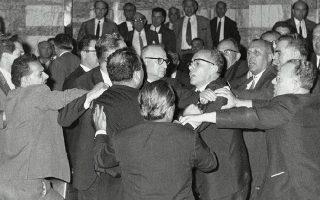Οι εντάσεις στη Βουλή την περασμένη εβδομάδα δεν έφτασαν στο σημείο των βίαιων αντεγκλήσεων μεταξύ βουλευτών, όπως το 1965. Η έννοια της αποστασίας όμως εξακολουθεί να στοιχειώνει το πολιτικό σκηνικό.