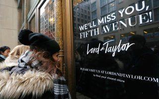 Πέμπτη Λεωφόρος αντίο. Για πάντα και μετά από 104 χρόνια αδιάλειπτης παρουσίας κλείνει το ιστορικό κατάστημα Lord & Taylor's από την Πέμπτη Λεωφόρο της Νέας Υόρκης. Το κατάστημα που κάθε εορταστική σεζόν δημιουργούσε εντυπωσιακές βιτρίνες, πραγματικά αξιοθέατα για τους ντόπιους και τους τουρίστες της πόλης, έκλεισε με ιστορικές εκπτώσεις, καθώς για ένα απόγευμα ρούχα αξίας 100 δολαρίων πουλήθηκαν για 5,99. (AP Photo/Kathy Willens)