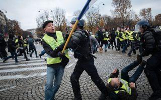 Εικόνα του Νοεμβρίου 2018 από συγκρούσεις μεταξύ «Κίτρινων Γιλέκων» και αστυνομίας στη λεωφόρο των Ηλυσίων Πεδίων στο Παρίσι. ASSOCIATED PRESS