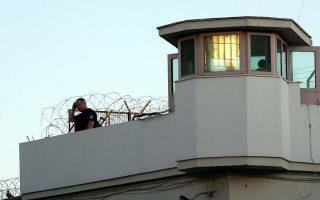 Φυλακές Κορυδαλλού, Κυριακή 4 Ιουνίου 2006. Δύο κρατούμενοι των φυλακών απέδρασαν με  ελικόπτερο, οι δύο που οργάνωσαν την απόδραση φέρεται ότι απείλησαν με πιστόλι και χειροβομβίδα τον πιλότο του ελικοπτέρου αναγκάζοντάς τον να προσγειωθεί στο προαύλιο των Φυλακών και να μεταφέρει τους ίδιους και τους δύο δραπέτες σε χωράφι δίπλα στο νεκροταφείο Σχιστού απ΄ όπου διέφυγαν με δύο μοτοσικλέτες.
