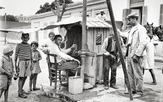 Διανομή νερού σε γειτονιά της Αθήνας το 1933. Ιστορικό Αρχείο ΕΥΔΑΠ.