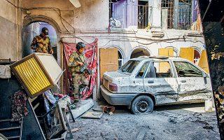 Ιρακινοί πυροτεχνουργοί αναζητούν εκρηκτικούς μηχανισμούς στην Παλαιά Πόλη της Μοσούλης, τον Ιούλιο του 2017.