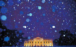 Νιφάδες χιονιού πέφτουν στον Λευκό Οίκο, την ώρα που ο πρόεδρος Τραμπ εμμένει στις θέσεις του.