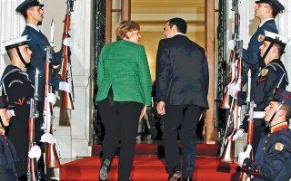 Η Γερμανίδα καγκελάριος Αγκελα Μέρκελ και ο πρωθυπουργός Αλέξης Τσίπρας εισέρχονται στο Μέγαρο Μαξίμου για να ξεκινήσουν οι συνομιλίες τους. «Δεν είναι το τέλος μιας μεταρρυθμιστικής περιόδου, αλλά η αρχή μιας νέας κατάστασης», δήλωσε η κ. Μέρκελ.