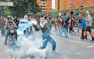 Ο πρόεδρος Τραμπ αναγνώρισε ως νόμιμο ηγέτη της Βενεζουέλας τον ηγέτη της αντιπολίτευσης Χουάν Γκουαϊντό, ο οποίος αυτοανακηρύχθηκε προσωρινός πρόεδρος κατά τη διάρκεια ογκώδους συλλαλητηρίου εναντίον του Νικολάς Μαδούρο. Το Καράκας διέκοψε τις διπλωματικές σχέσεις με τις ΗΠΑ. Στη φωτογραφία, διαδηλωτής επιστρέφει δακρυγόνο στις δυνάμεις ασφαλείας, στο Καράκας.