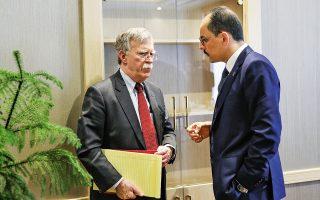 Ο σύμβουλος εθνικής ασφαλείας των ΗΠΑ Τζον Μπόλτον συνομιλεί με τον επικεφαλής των συμβούλων του Τούρκου προέδρου Ερντογάν, Ιμπραήμ Καλίν, χθες στην Αγκυρα. Η πόρτα του Ερντογάν παρέμεινε κλειστή για τον Αμερικανό αξιωματούχο, καθώς ο Τούρκος πρόεδρος ανακοίνωσε ότι δεν μπορεί να δεχθεί τον όρο του Μπόλτον, σύμφωνα με τον οποίο οι ΗΠΑ δεν θα αποχωρήσουν από τη βορειοανατολική Συρία αν δεν συμφωνήσει πρώτα η Τουρκία να μην επιτεθεί στους Κούρδους.  Η Αγκυρα ζητεί τα κλειδιά των αμερικανικών βάσεων στην περιοχή.