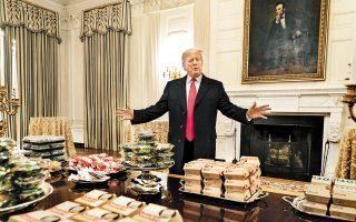 Ο Αμερικανός πρόεδρος Ντόναλντ Τραμπ επιδεικνύει το γεύμα αποτελούμενο από χάμπουργκερ, το οποίο πλήρωσε ο ίδιος, όπως έσπευσε να επισημάνει.
