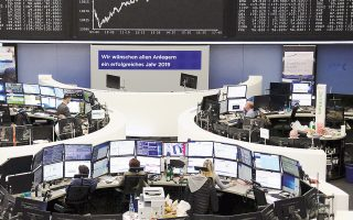 Στη Φρανκφούρτη (φωτ.) ο Dax ενισχύθηκε 0,83%, ο Cac-40 στο Παρίσι 0,84%, ο FTSE-100 στο Λονδίνο 0,66% και ο FTSE Mib στο Μιλάνο 0,94%.