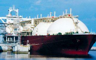 Κυρίαρχο ρόλο διαδραματίζει σήμερα το αμερικανικό φυσικό αέριο στην ευρωπαϊκή ενεργειακή αγορά, όπου κάποτε κυριαρχούσε η Ρωσία. Η Ευρώπη είναι ο μεγαλύτερος αγοραστής υγροποιημένου φυσικού αερίου (LNG) από τις ΗΠΑ, πενταπλασιάζοντας τις παραγγελίες. H εξέλιξη αυτή δεν αποδίδεται σε γεωπολιτική νίκη των ΗΠΑ επί της Μόσχας, αλλά στη χαμηλή τιμή του αμερικανικού αερίου, μετά τη μείωση της ζήτησης από την Ασία.