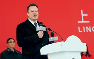 Το εργοστάσιο της Tesla στη Σαγκάη είναι το πρώτο στην Κίνα το οποίο ανήκει εξ ολοκλήρου σε ξένους επενδυτές. Στη φωτογραφία, ο διευθύνων σύμβουλος της Tesla Ελον Μασκ στην τελετή θεμελίωσης της νέας μονάδας.