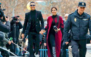 Ο Ρονάλντο με τη σύντροφό του, Τζορτζίνα Ροντρίγκεζ, χθες έξω από το δικαστήριο της Μαδρίτης.