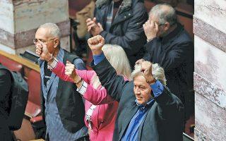 Αριστερά ο Κ. Ζουράρις, δεξιά ο Θ. Παπαχριστόπουλος και, ενδιαμέσως, με το ροζ συνολάκι, η κ. Ελ. Αυλωνίτου πανηγυρίζουν την ψήφο εμπιστοσύνης από τη Βουλή. Κάθονται μαζί στα έδρανα, επειδή ταιριάζουν. Εχουν συμπήξει, ακούω, πολιτική τάση υπό τη μυστηριώδη επωνυμία «Ο δρόμος για το Δαφνί». Ισως τους εμπνέει η βυζαντινή μονή του Δαφνίου με τα περίφημα ψηφιδωτά της...