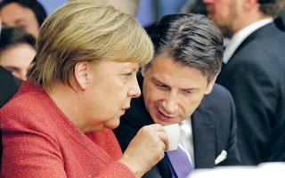 Η Γερμανίδα καγκελάριος Αγκελα Μέρκελ συζητεί με τον Ιταλό πρωθυπουργό Τζουζέπε Κόντε στο Νταβός.