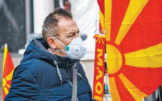 Κάτοικος των Σκοπίων με μάσκα προσπαθεί να προστατευθεί από τη ρύπανση, που ξεπέρασε χθες το επιτρεπτό όριο κατά δέκα φορές.